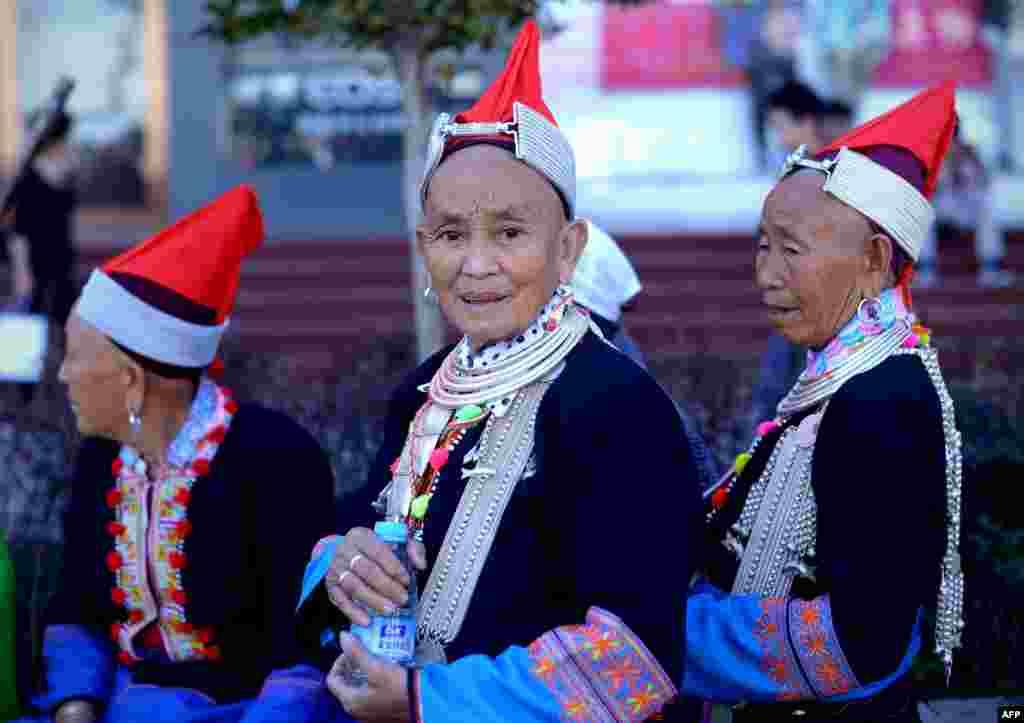 Phụ nữ trong trang phục của dân tộc thiểu số trên đường phố ở Bắc Kinh. Hàng triệu người thuộc tầng lớp mới giàu và trung lưu của Trung Quốc có kế hoạch du lịch trong và ngoài nước trong đợt nghỉ lễ Quốc khánh 1/10 kéo dài bảy ngày.