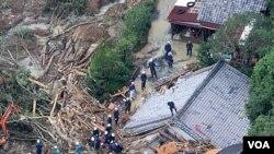 Tim SAR Jepang berusaha mencari korban di antara reruntuhan rumah yang hancur di Tanabe, Wakayama (5/9).