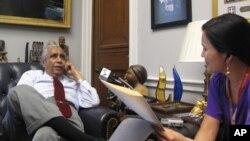 '미국의 소리'와 인터뷰 하는 찰스 랭글(Charles Rangle) 미 연방 하원 의원. 오른쪽은 유미정 기자