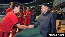 북한 김정은 국방위원회 제1위원장(오른쪽)이 '청년절'인 28일 김일성 경기장에서 '횃불컵' 1급 남자축구 결승전을 관람했다고 조선중앙통신이 보도했다.