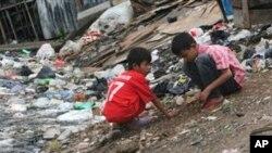 Dua orang anak sedang bermain di dekat sungai yang penuh dengan tumpukan sampah di Jakarta, 22 Maret 2011 (Foto: dok).