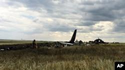 Đống đổ nát của chiếc máy bay Il-76 bị bắn rơi tại sân bay gần Luhansk, Ukraine, 14/6/2014.