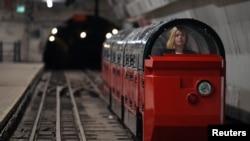 Seorang pekerja museum duduk di kereta api yang di jalur kereta api pos di stasiun bawah tanah Kantor Sortir Mount Pleasant di London, Britain, 7 Agustus 2017.
