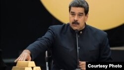 Ніколас Мадуро торкається зливків золота