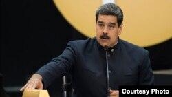 Tổng thống Venezuela, Nicolas Maduro, bên 12kg vàng.