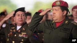 El presidente Hugo Chávez junto a su ministro de Defensa, el general Henry Rangel Silva (izquierda), uno de los presuntos implicados.