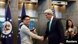 2014年11月12日,美国IBM公司雇员杨波(音译)在美国驻华使馆获得有效期为十年的签证,成为第一获得这样的中国人。图为美国国务卿与杨波握手。