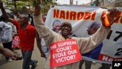 19일 케냐 나이로비의 법원 앞에서 우후루 케냐타 대통령 지지자들이 대법원의 대통령 재선거 결정에 항의하는 시위를 벌이고 있다.