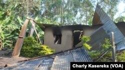 Une maison incendiée après une attaque à Beni en RDC, le 14 octobre 2018. (VOA/Charly Kasereka)