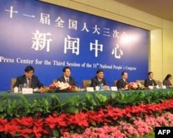 人大新疆代表团接受采访