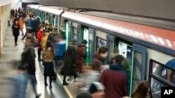 莫斯科的一個地鐵站。地鐵人員得到指示要截查中國乘客,要求他們填寫調查表回答來俄羅斯的目的、地址和健康狀況等問題。