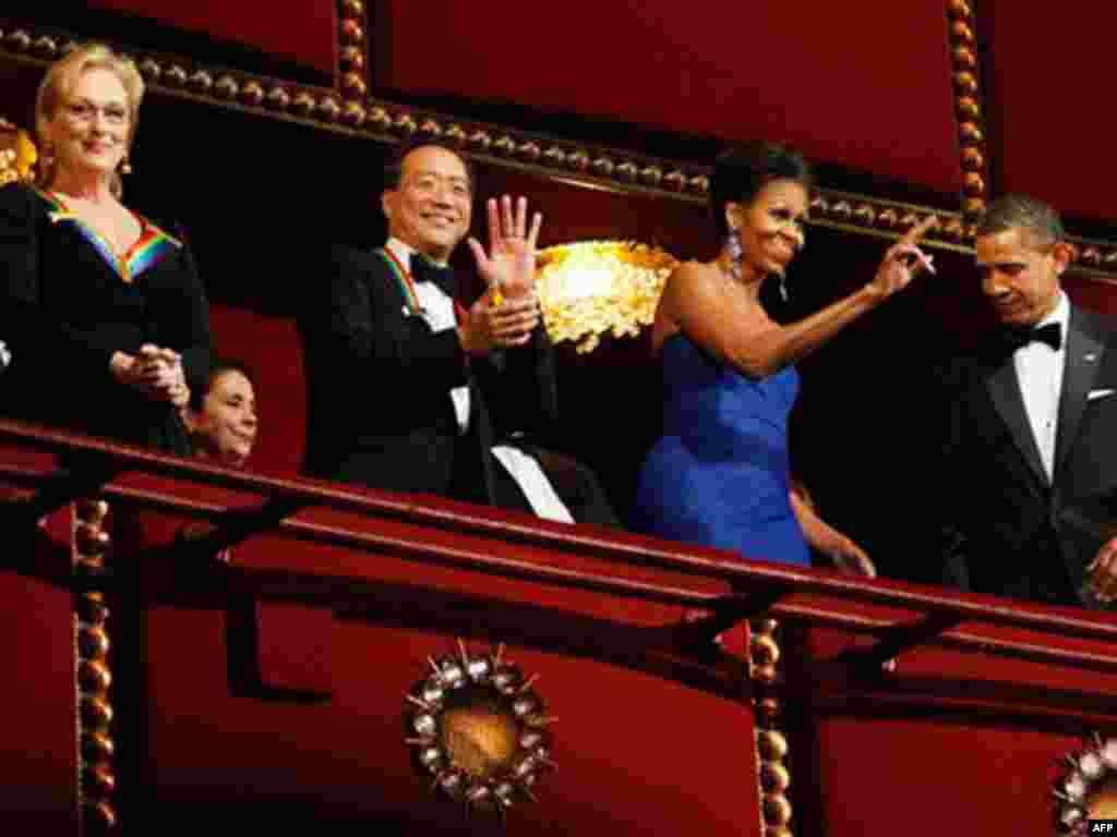 Những người nhận giải, Tổng thống Obama và phu nhân vẫy chào khán giả đến dự lễ trao giải tại nhà hát Kennedy.