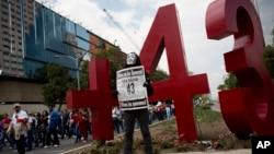Para demonstran Meksiko melakukan unjuk rasa atas hilangnya 43 mahasiswa dalam aksi di Mexico City pada 1 Mei lalu (foto: dok).