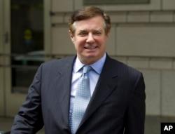 폴 매너포트 전 트럼프 선거대책본부장이 지난달 공판이 열린 연방 지방 법원을 떠나고 있다.