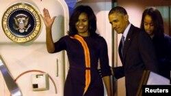 Presiden Amerika Serikat Barack Obama dan ibu negara Michelle Obama bersama kedua puteri mereka Malia (kanan) dan Sasha (tidak terlihat dalam gambar) setibanya di bandara internasional Buenos Aires (23/3).