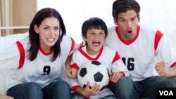 La televisión alimenta nuestros sueños de un día ser la estrella de fútbol detrás de la pantalla.