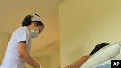 Medicinska sestra priprema pacijenta zaraženog HIV-om za terapiju novim lijekovima u Bankoku