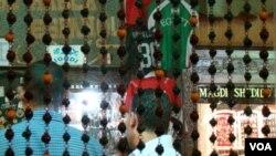 En las calles de El Cairo todo el mundo habla de fútbol, aunque no estrictamente de la parte deportiva.