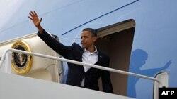 Tổng thống Hoa Kỳ Barack Obama bước lên Air Force One tại căn cứ không quân Andrews gần Washington, ngày 15/8/2011