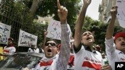 反對派人士星期二在埃及首都開羅的敘利亞使館門前示威﹐抗議敘利亞政府的暴力鎮壓。