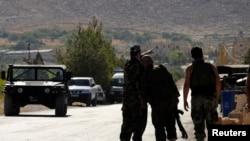 Tentara Lebanon di dekat gunung tempat pertempuran berlangsung dengan militan Islam, dekat pintu masuk ke Arsal, Lebanon, 3 Agustus 2014.