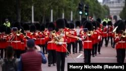 Anggota Batalyon 1 Pengawal Coldstream menghadiri upacara Pergantian Penjaga di luar Istana Buckingham di London, Inggris, 23 Agustus 2021. (Foto: REUTERS/Henry Nicholls)