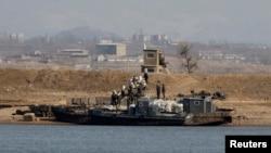 중국과 접한 북한 신의주에서 주민들이 배에 실린 쌀가마니를 내리고 있다. (자료사진)