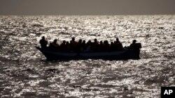 Para migran yang melarikan diri dari kekerasan di Libya, terkatung-katung di Laut Tengah sebelum ditolong oleh sebuah LSM Spanyol (foto: dok).