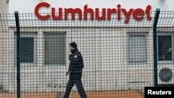 Seorang petugas keamanan menjaga kantor harian Cumhuriyet di Istanbul, Turki (foto: dok). Dua wartawan Cumhuriyet dihukum 2 tahun penjara atas dakwaan penghujatan.