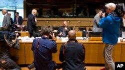 Menteri Keuangan Yunani, Yanis Varoufakis (tengah), dalam pertemuan dengan menteri-menteri keuangan Uni Eropa di Luksemburg (19/6). (AP/Virginia Mayo)