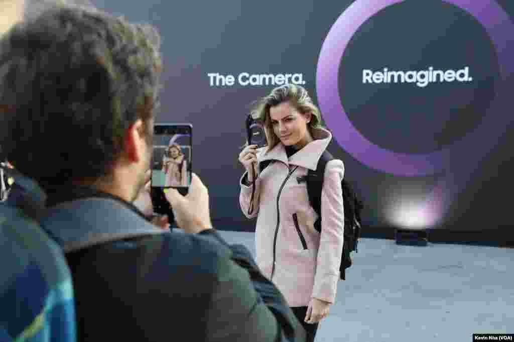 از حواشی مراسم رونمایی از گوشیهای گلکسی اس ۹ سامسونگ در کنفرانس جهانی موبایل در بارسلون.