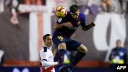 Le défenseur de Barcelone Clément Lenglet face à Raul de Tomas, le 3 novembre 2018.