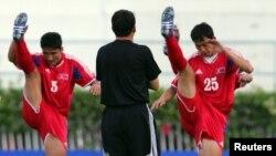 지난 2006년 6월 월드컵 아시아 예선에 출전한 북한 선수들이 몸을 풀고 있다. (자료사진)