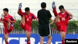 지난 2006년 6월 월드컵 아시아 예선에 출전할 북한 선수들이 몸을 풀고 있다. (자료사진)