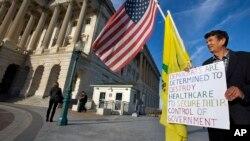 "Pristalica pokreta Čajanka protestuje protiv ""Obamakera"" ispred zgrade Kongresa"