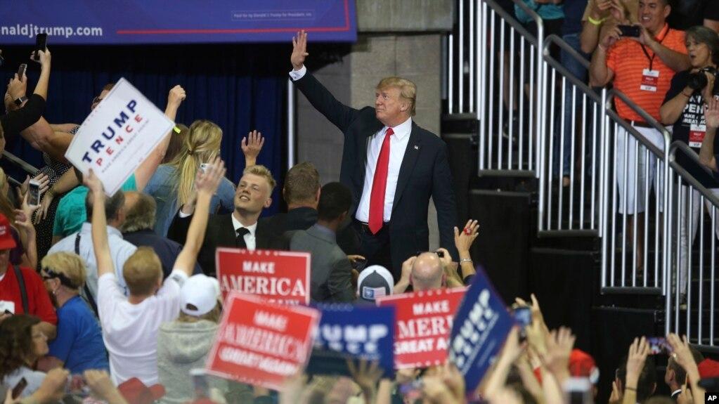 President Donald Trump saluda mientras deja un mítin político, el 20 de junio de 2018, en Duluth, Minnesota.