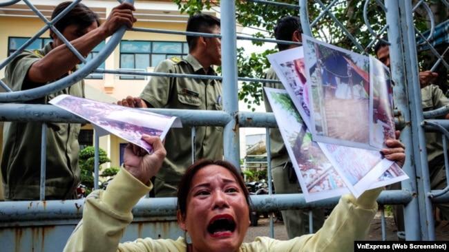 Vụ Thủ Thiêm: Hàng chục nhà báo, người dân 'vây' trụ sở tiếp dân