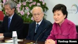 28일 한국 서울 인수위 회의실에서 열린 고용복지분과 토론회에 참석한 박근혜 대통령 당선인(오른쪽).