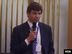 远东发展基金会总裁格拉乔夫星期一在莫斯科举行的俄日工商领袖论坛会议上发言(美国之音白桦拍摄)
