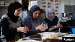 Para perempuan di Ramallah, Palestina, membuat penganan manis pada bulan Ramadan. (Foto: Dok)