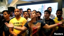 Supporters of Venezuela's coalition of opposition parties (MUD) react to results of gubernatorial elections, at campaign headquarters in Caracas, Oct. 15, 2017.
