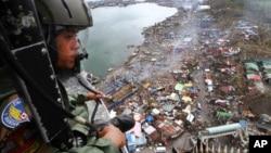 """11月19日菲律賓空軍直升機俯視颱風""""海燕"""" 侵襲後災區。"""