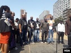 Abanye abantu abangene umhlangano oqoqwe lobandla leMthwakazi Republic Party eBerea eJohannesburg kwele South Africa ...