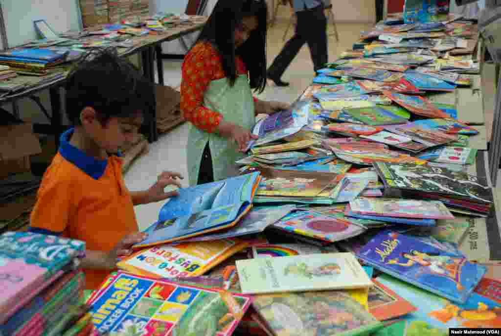 بچے بھی انہماک سے اپنے لیے کتابیں پسند کر رہے ہیں۔