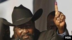 Presiden Sudan Selatan, Salva Kiir, menunjukkan jarinya setelah memberi suara pada referendum di Juba, Sudan Selatan (1/9).
