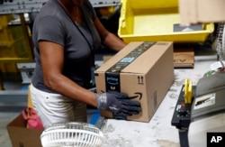 کارمند آمازون در حال بستهبندی در کارگاه و انبار شرکت در بالتیمور، مریلند - فوریه. ۲۰۱۸