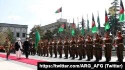 کابل پہنچنے پر عمران خان کو گارڈ آف آرنر پیش کیا گیا۔