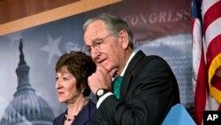 Senator Tom Harkin (kana) pimpinan komite Kesehatan, Pendidikan dan Pensiun didampingi Senator Susan Collins memberikan keterangan kepada media di Gedung Capitol (4/11).