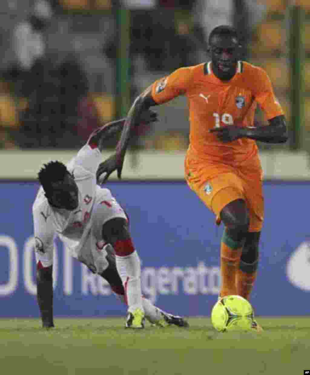 Yaya Toure (R) of Ivory Coast fights for the ball with Ben Konate of Equatorial Guinea during their quarter-final match at the African Nations Cup soccer tournament in Malabo February 4, 2012.