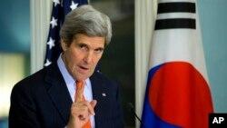 El secretario de Estado John Kerry habla en una conferencia de prensa en Seúl.